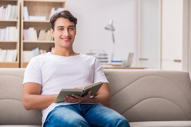 ソファのソファに座って本を読んでいる人