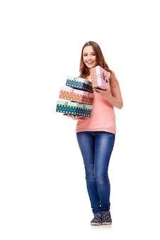 白で隔離のギフトボックスを持つ若い女性