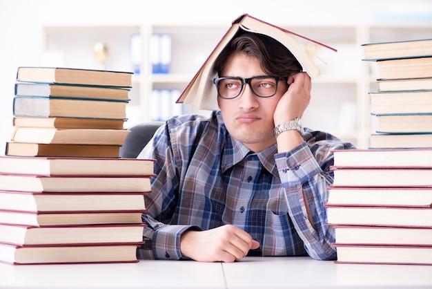 オタク面白い学生が大学の試験の準備