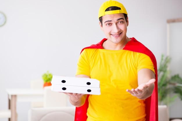 赤いカバーのスーパーヒーローピザ配達人