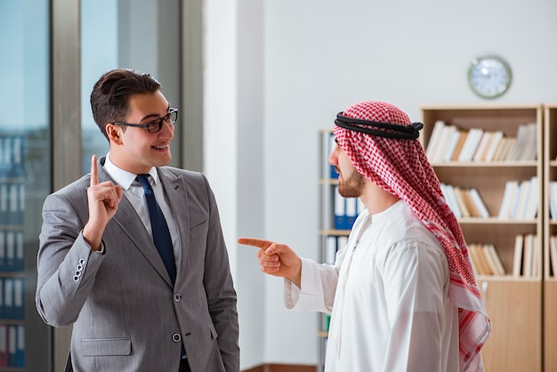 Разнообразная бизнес-концепция с арабским бизнесменом