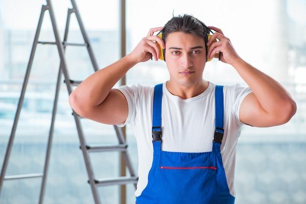 ノイズキャンセルヘッドフォンを持つ労働者