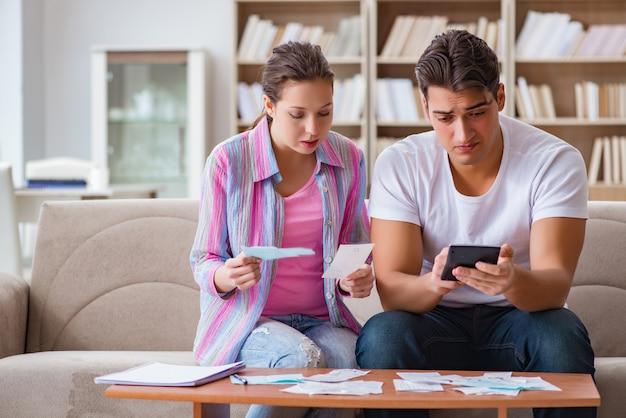 家族の財政を議論する若い家族