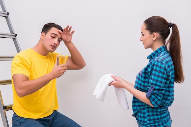 家の改善を行う妻と夫の家族