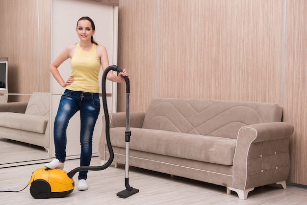 自宅で掃除をしている若い女性