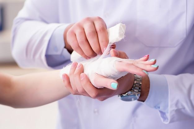 外傷専門医が患者の世話をしています