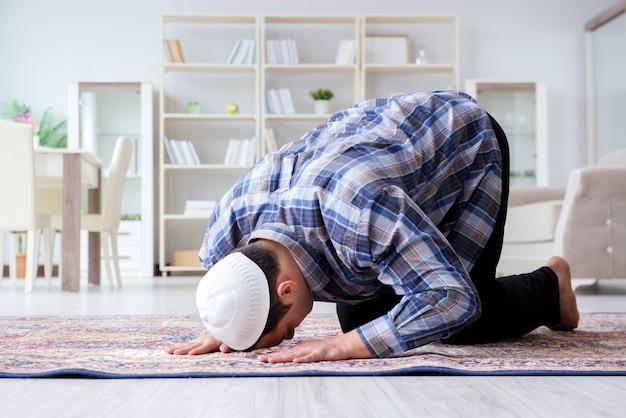 自宅で祈るイスラム教徒の男性