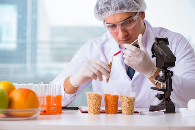 Эксперт по питанию тестирует продукты в лаборатории