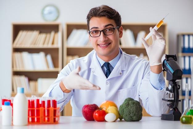 男性医師が果物と野菜をチェック