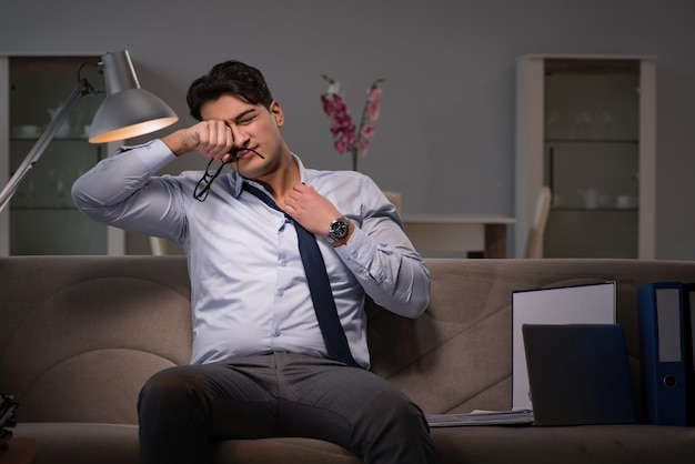 自宅で遅くまで働くビジネスマン仕事中毒