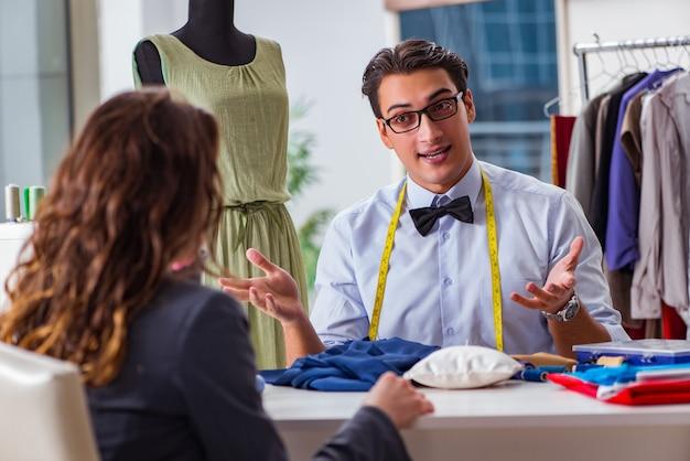 女性のクライアントと働く若い男のテーラー