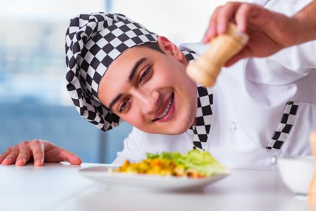 キッチンで食事を準備する男