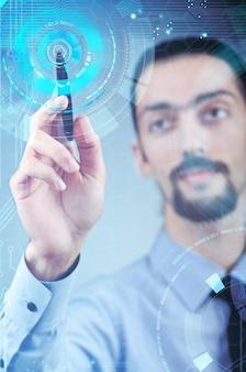 未来的な概念で仮想ボタンを押すことの実業家