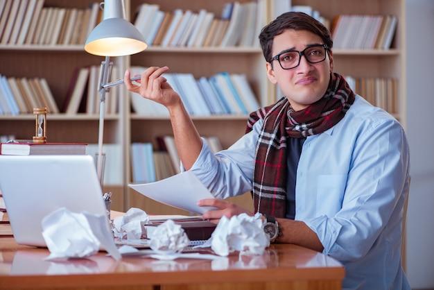 Молодой писатель пишет в библиотеке