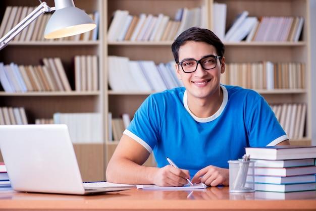 Молодой студент готовится к школьным экзаменам