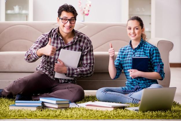 大学の試験の準備をしている学生