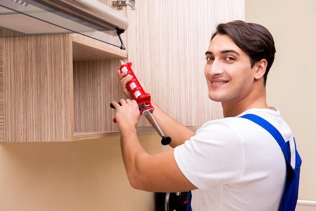 キッチン家具の組み立ての若い男