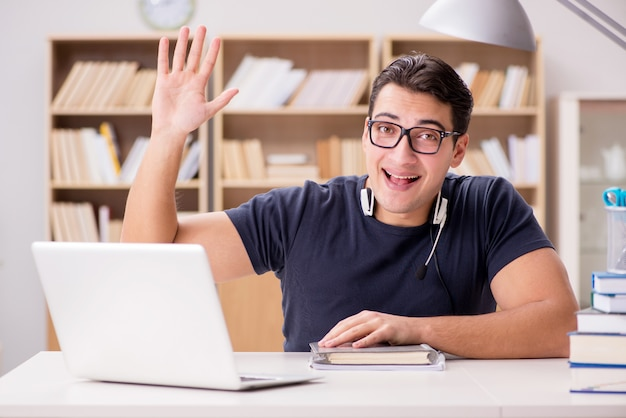 若いフリーランスはコンピューターで働いていた