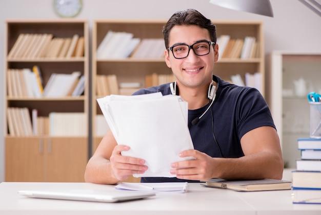 彼の試験の準備をして幸せな男子生徒