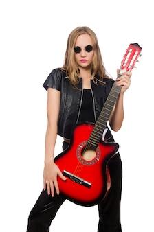 白で隔離される若い女性のギタープレーヤー