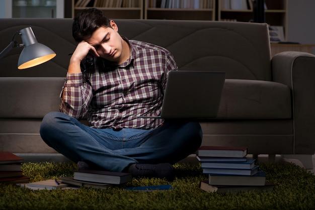 試験の準備をする本を読む学生