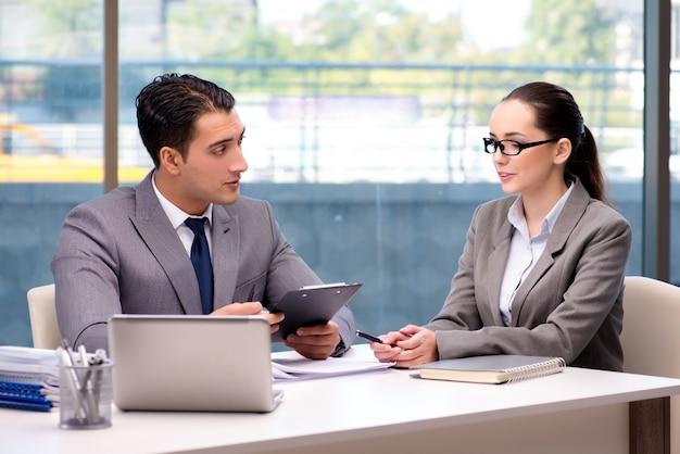 Бизнесмены, имеющие обсуждение в офисе