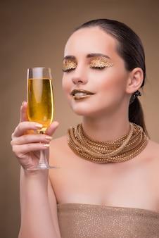 シャンパングラスを持つ若い女