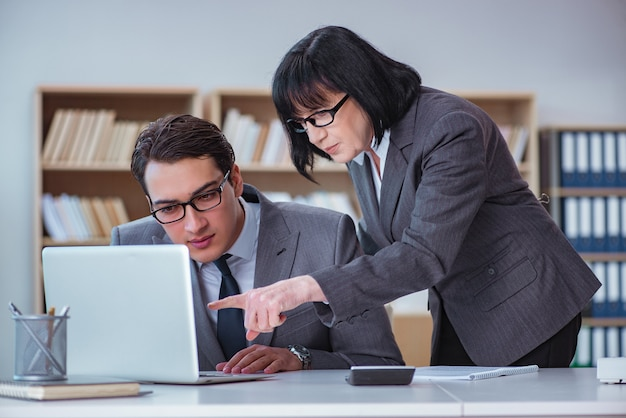 Бизнесмены, имеющие деловую дискуссию в офисе
