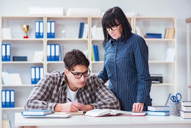 Молодой студент на индивидуальном уроке