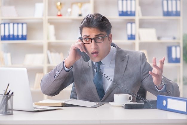 オフィスで火災警報器の中に実業家