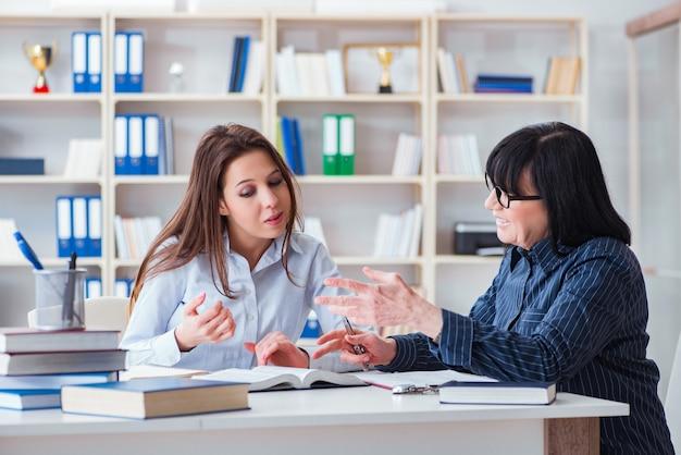 Молодой студент и учитель во время урока