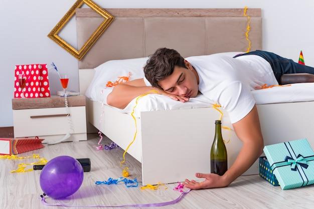 Человек после тяжелой вечеринки дома