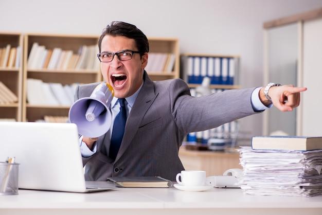 Злой бизнесмен работает в офисе