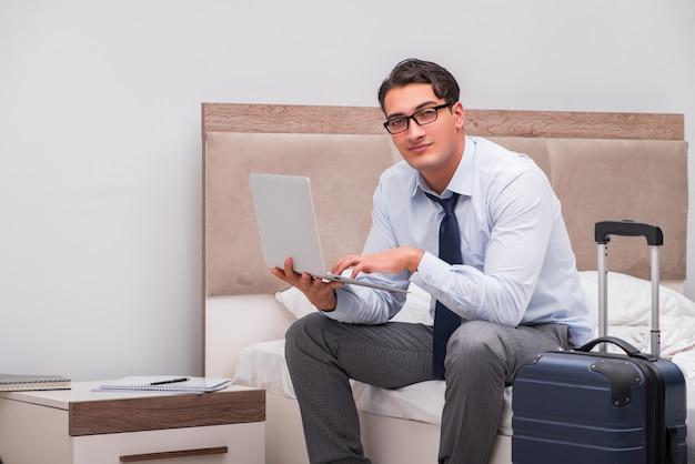 Бизнесмен работая во время командировки в гостинице