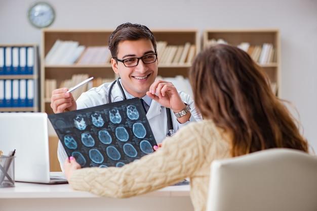 Молодой доктор, глядя на компьютерной томографии рентгеновского изображения