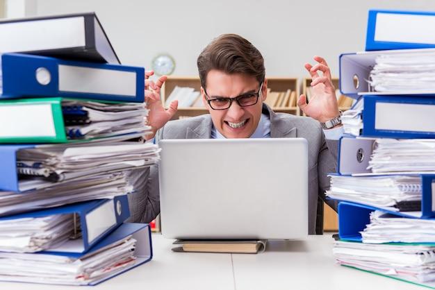 Бизнесмен занят стрессом из-за чрезмерной работы