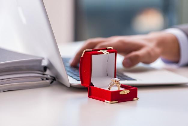 結婚の提案をする男