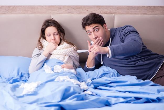 Жена ухаживает за больным мужем дома в постели