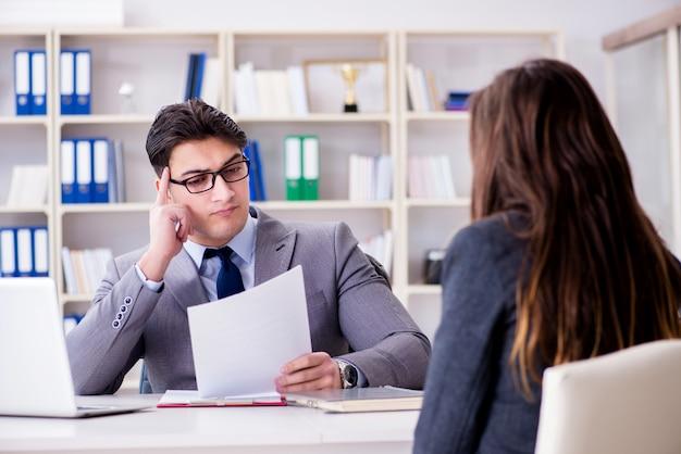 Деловая встреча между бизнесменом и предпринимателем