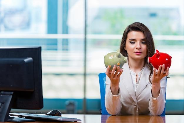 オフィスの机に座っている女性実業家