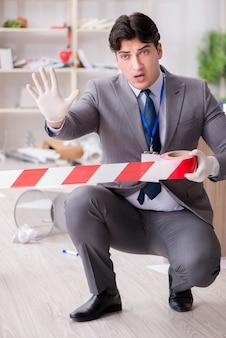 オフィスでの犯罪捜査中の若い男