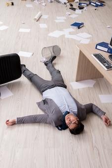 オフィスの床で死んだ実業家