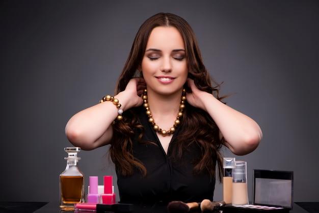 Женщина делает макияж