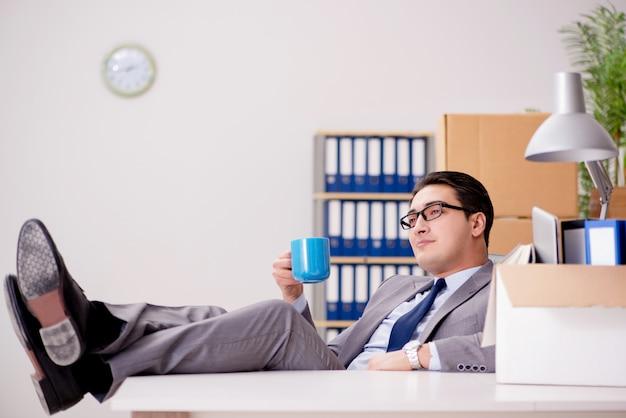 忙しい一日の後のオフィスでリラックスした実業家