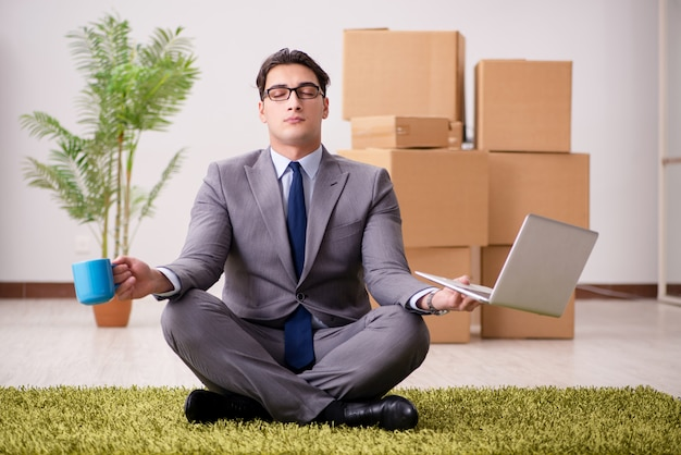 オフィスのカーペットの上に座っているビジネスマン