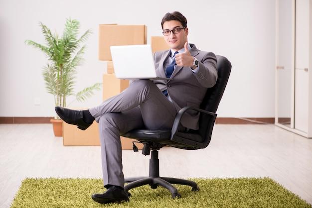 オフィスの椅子に座っている実業家