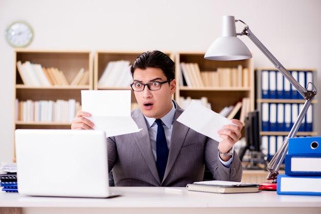 オフィスで手紙封筒を受け取るビジネスマン