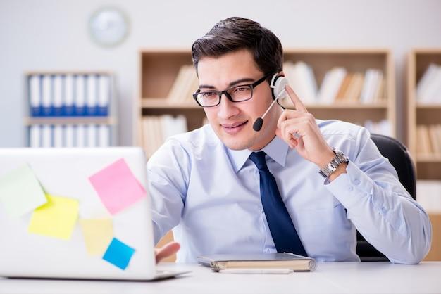 Бизнесмен работает в офисе