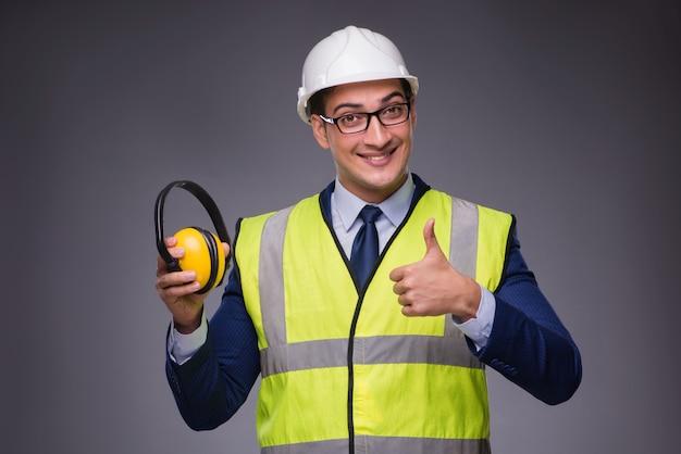 ハード帽子と建設ベストを着た男