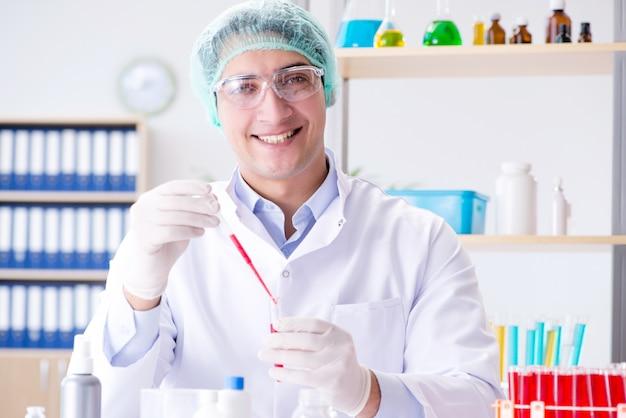 Анализ крови в лаборатории с молодым ученым
